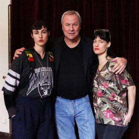 Боб Уилсон между Бьянкой (слева) и Сьеррой Кэседи