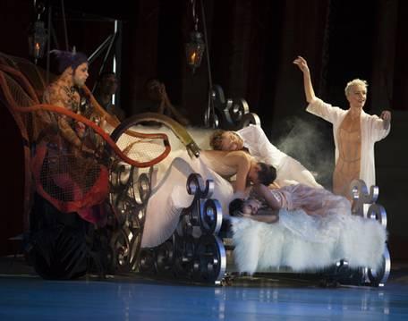 Сцена из второго акта с участием Феи Дроссельмейер (Б.Коппьетерс) (Фото : Angela Sterling)