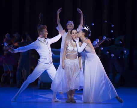 Король и Королева встречают Красавицу, на втором плане Фея Дроссельмейер (Фото : Angela Sterling)
