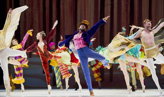 Финальные танцы участников костюмированного дефиле (Фото : Alice Blangero)