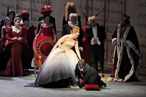 Принц примеряет Золушке, потерянную туфельку