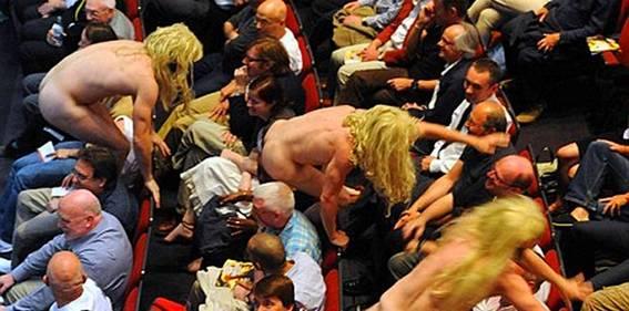 Шоу «Немного нежности, чёрт возьми!» : златокудрые бестии атакуют зрительный зал (фото : DR)