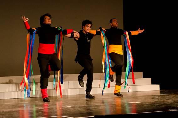 Танцевальное трио: в центре - Лоран Бан (Гамлет)