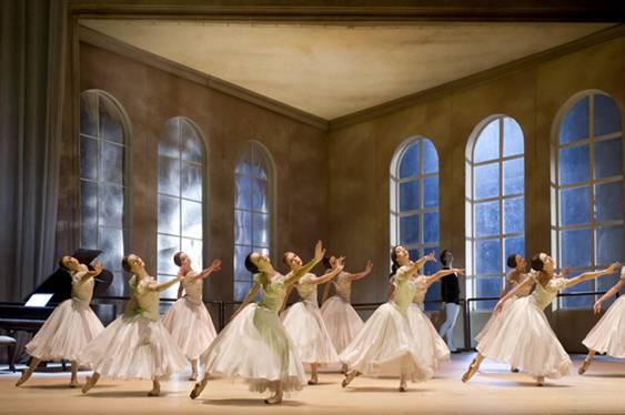 Сцена из спектакля - танцевальный класс в Парижской опере Фото : Laurent Philippe / Opéra national de Paris