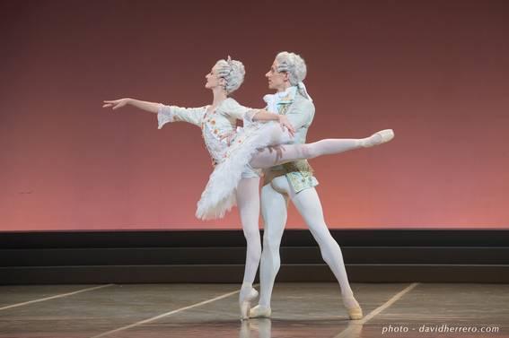 Лаурен Кеннеди (Аврора) и Маттью Астлей (Дезире) в па-де-де из балета «Спящая красавица»