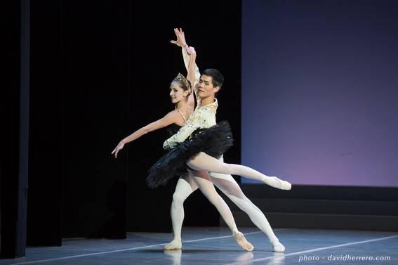 Жюли Шарле (Одилия) и Шизен Казама (Зигфрид) в па-де-труа из балета «Лебединое озеро»