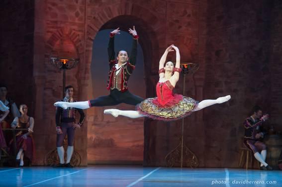Алис Ренаван (Китри) и Казбек Ахмедьяров (Базиль) в па-де-де из балета «Дон Кихот»