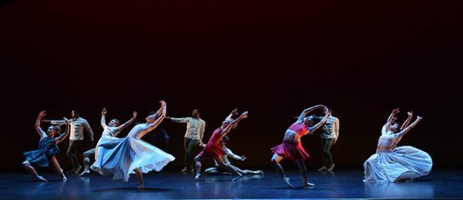 Смешанный ансамбль в вихре радостного танца (Фото : J.C. Carbonne)