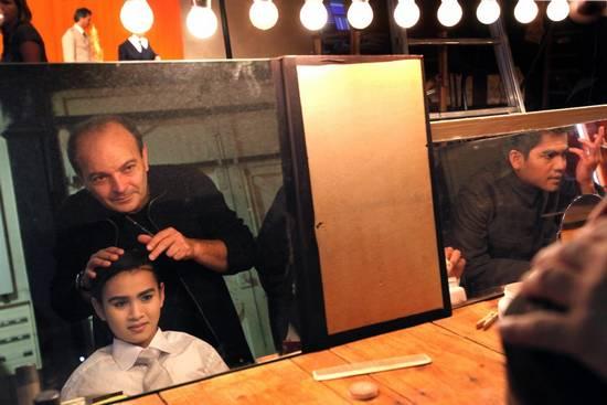 Жорж Биго помогает гримироваться новому Сиануку (Crédit photo : Théâtre du Soleil)
