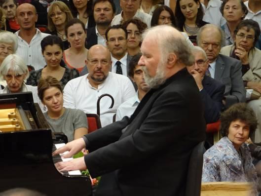 Играет легендарный пианист Раду Лупу