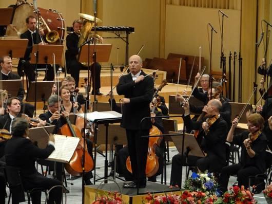 Выступает Парижский оркестр под управлением Пааво Ярви