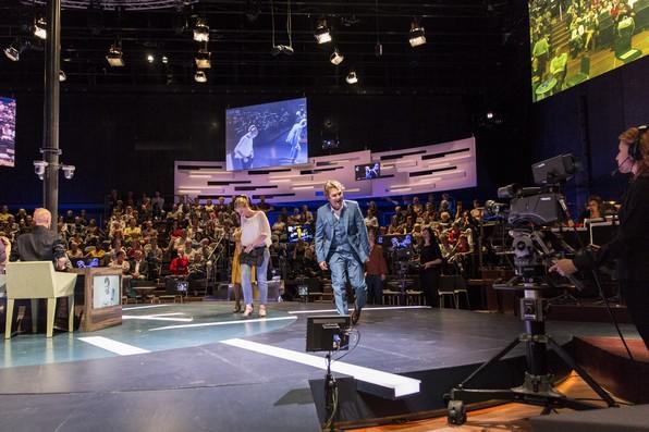 Роберт (Т.Олиеманс) в телестудии на фоне оркестра и публики