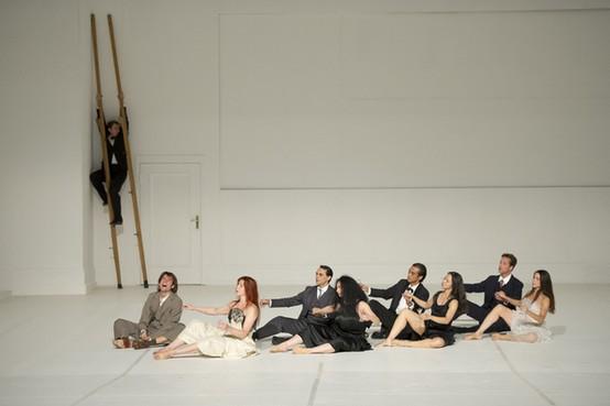 Сидя на сцене, артисты исполняют «Вальс» Равеля