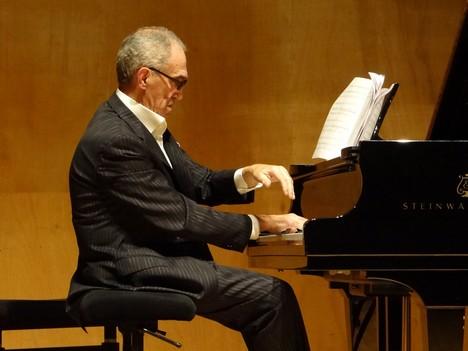 Выступление Ю.Гальперина на авторском концерте в зале Корто