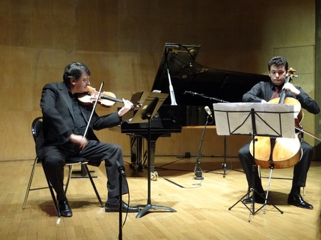 Играют А.Гальперин (скрипка) и С.Урто (виолончель)