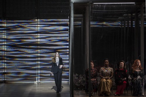 Opéra National de Paris 2015/16 LE CHATEAU DE BARBE-BLEUE Direction musicale: Esa-Pekka Salonen Mise en scène: Krzysztof Warlikowski Décors/Costumes: Malgorzata Szczesniak Lumières: Felice Ross Vidéo: Denis Guéguin Chorégraphie: Claude Bardouil Le duc Barbe-bleue: Johannes Martin Kränzle Judith: Ekaterina Gubanova Elle: Barbara Hannigan