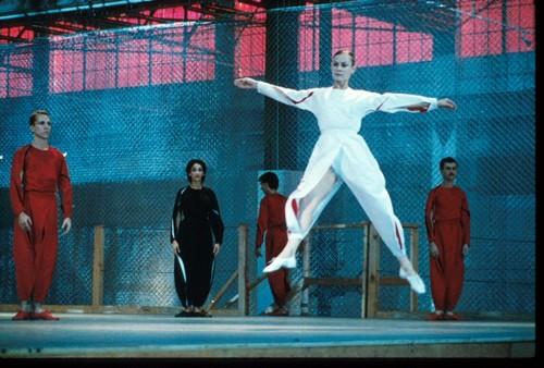 Люсинда Чайлдз танцует в спектакле 1983 года